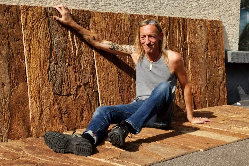Inhaber Martin Meder mit Korkplatten